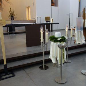 Aufbahrung mit Urne in der Pfarrkirche St. Peter und Paul