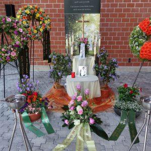 Aufbahrung mit Urne an der Einsegnungshalle Hasenfeld (außen)