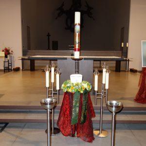 Aufbahrung mit Sarg in der Pfarrkirche St. Peter und Paul
