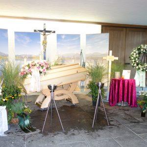 Aufbahrung mit Sarg in der Einsegnungshalle am Friedhof