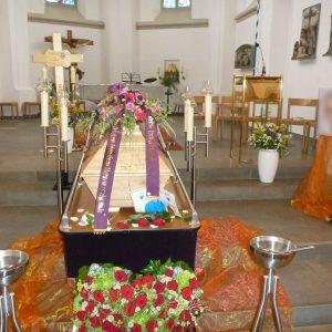 Aufbahrung mit Sarg in der Pfarrkirche St. Othmar