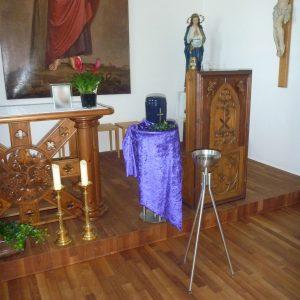Aufbahrung mit Urne in der Herz-Jesu-Kapelle Schützengarten