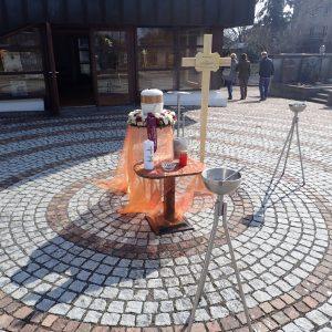 Aufbahrung mit Urne auf dem Einsegnungsplatz am Friedhof
