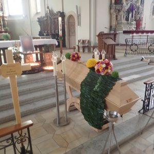 Aufbahrung mit Sarg in der Pfarrkirche St. Johann