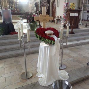 Aufbahrung mit Urne in der Pfarrkirche St. Johann