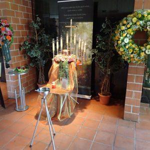 Aufbahrung mit Urne in der Einsegnungshalle Hasenfeld (innen)
