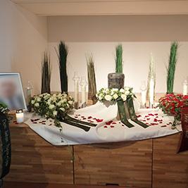 Aufbahrung mit Urne in der Einsegnungshalle der Pfarrkirche St. Nikolaus