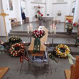 Aufbahrung mit Sarg in der Pfarrkirche St. Othmar Aufbahrung mit Sarg in der Pfarrkirche St. Othmar