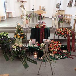 Aufbahrung mit Urne in der Pfarrkirche St. Othmar
