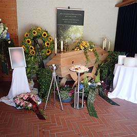 Aufbahrung mit Sarg in der Einsegnungshalle am Friedhof Gaißau