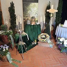 Aufbahrung mit Urne in der Einsegnungshalle am Friedhof Gaißau