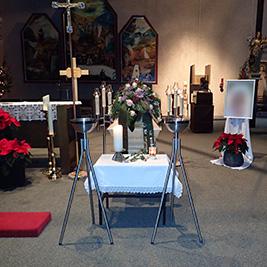 Aufbahrung mit Sarg in der Pfarrkirche Zum Guten Hirten
