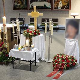Aufbahrung mit Urne in der Pfarrkirche Zum Guten Hirten