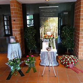 Aufbahrung mit Urne in der Einsegnungshalle Hasenfeld