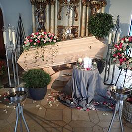 Aufbahrung mit Sarg in der Einsegnungshalle am Friedhof Höchst
