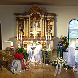 Aufbahrung mit Urne in der Einsegnungshalle am Friedhof Höchst