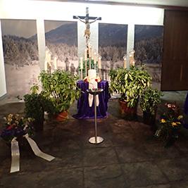 Aufbahrung mit Urne in der Einsegnungshalle am Friedhof