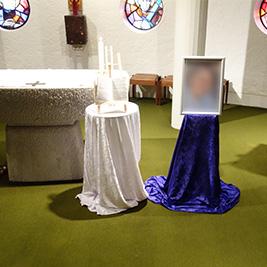 Aufbahrung mit Staffelei in der Unterkapelle