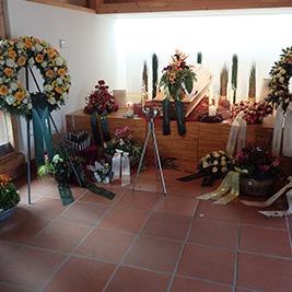 Aufbahrung mit Sarg in der Einsegnungshalle der Pfarrkirche St. Nikolaus